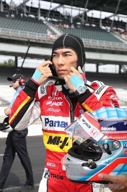 スペシャル・カラーのレーシング・スーツを身に纏う佐藤琢磨。
