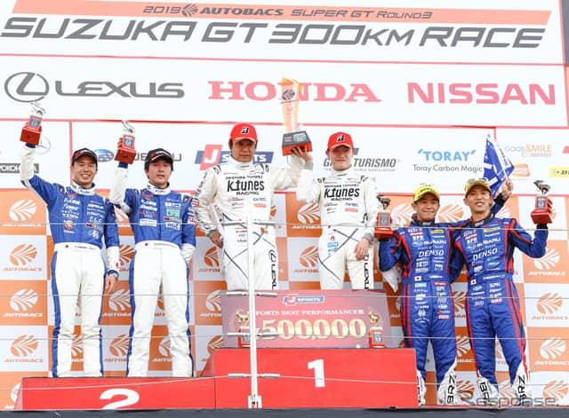 GT300クラスの表彰式(中央左が新田、右が阪口)。《撮影 益田和久》