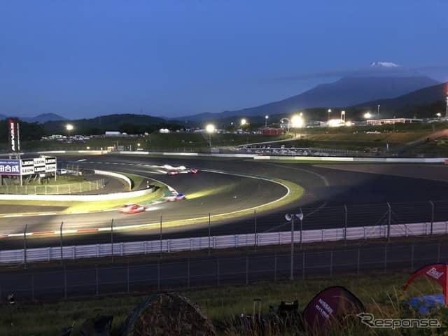 写真は2018年のスーパー耐久シリーズ 富士 SUPER TEC 24時間レースの様子。夜明け前のADVANコーナー(コーナーには終夜夜間照明を点灯)