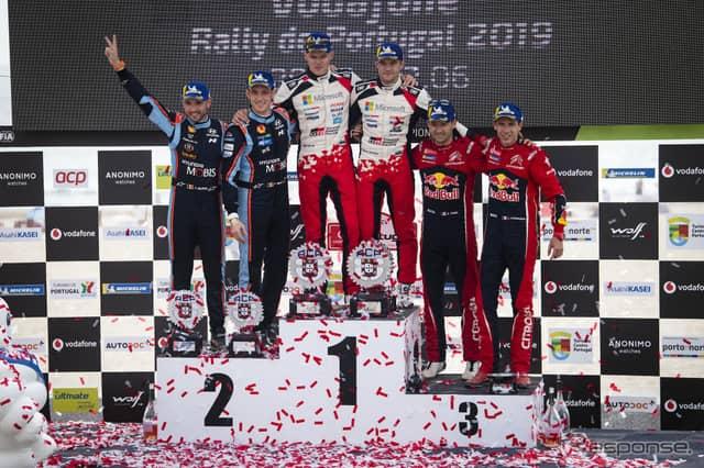 WRCポルトガル戦の表彰式。中央左がタナク、同右がコ・ドライバーのM.ヤルヴェオヤ。《写真提供 Red Bull》