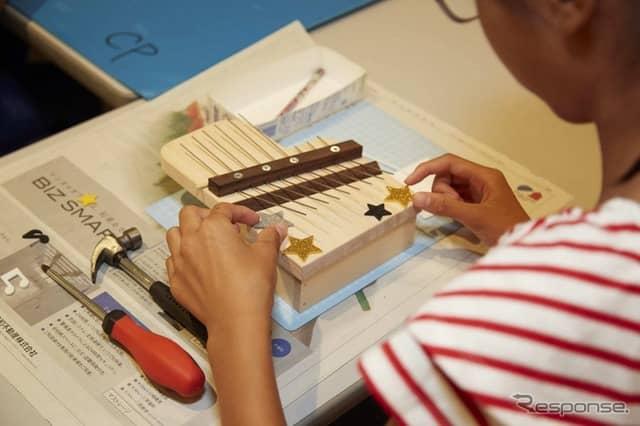親指ピアノ「カリンバ」を作ろう(昨年の様子)《写真 ヤマハ発動機》