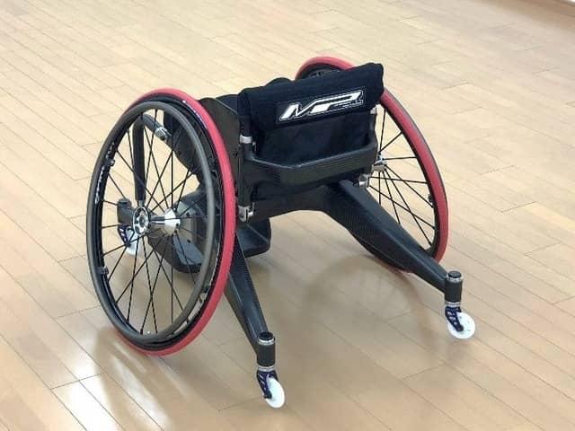 世界初!フレームにカーボンを使用したパラバドミントン車いすを共同開発