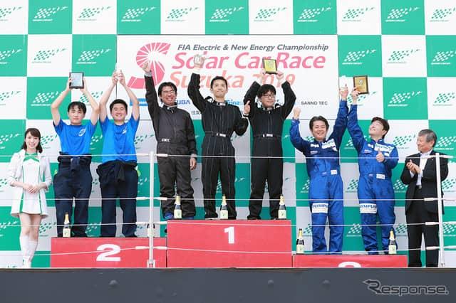 4時間耐久レース総合上位3チーム表彰式《撮影 竹内 英士》