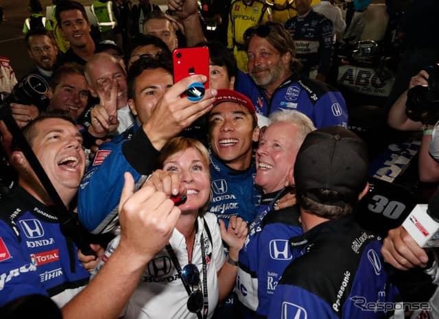 勝利を喜ぶ佐藤琢磨と陣営の人々。《写真提供 INDYCAR》