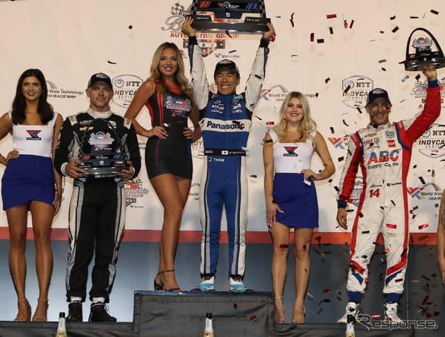(選手3人は左から)2位カーペンター、優勝の琢磨、3位カナーン。《写真提供 INDYCAR》