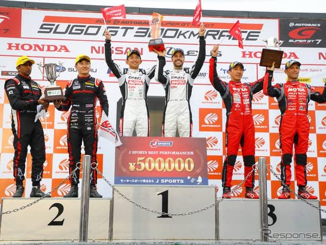 GT500クラスの表彰式。中央左が平手、右がマコヴィッキィ。《撮影 益田和久》