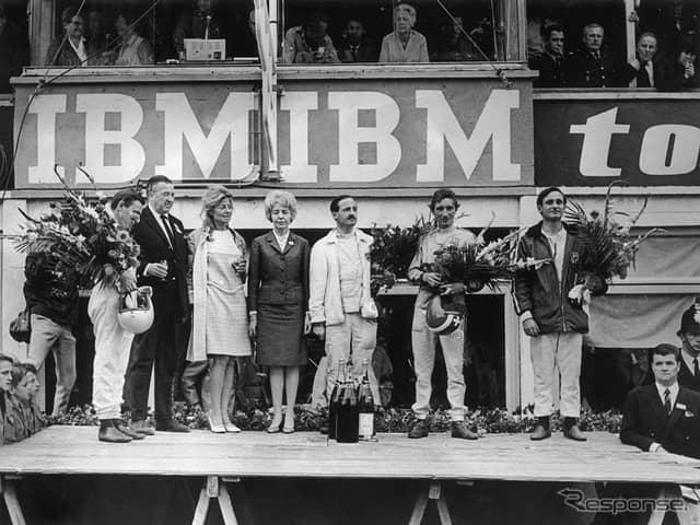 1966年ルマンの表彰台。向かって右から2人目がマイルズ。《photo by Getty Images》