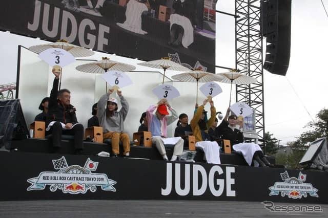審査員5名:左から山本雅史監督、高梨沙羅選手、ワクワクさん、amiさん、Mattさん《撮影 中尾真二》