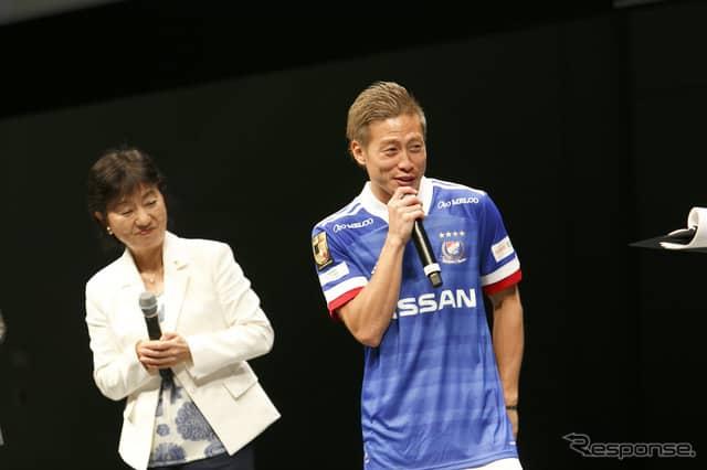 横浜F・マリノス仲川輝人選手(右)、日産自動車副社長 星野朝子氏(左)