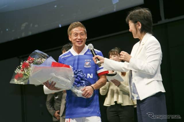 横浜F・マリノス仲川輝人選手(左)、日産自動車副社長 星野朝子氏(右)